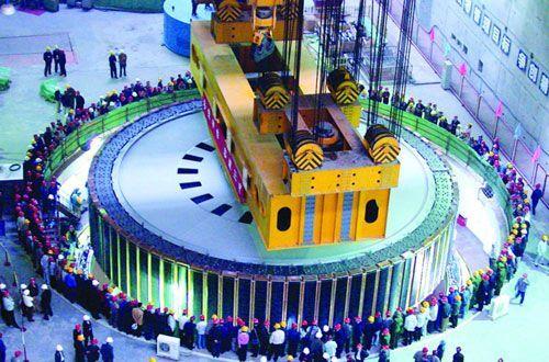 三峡发电机转子吊装